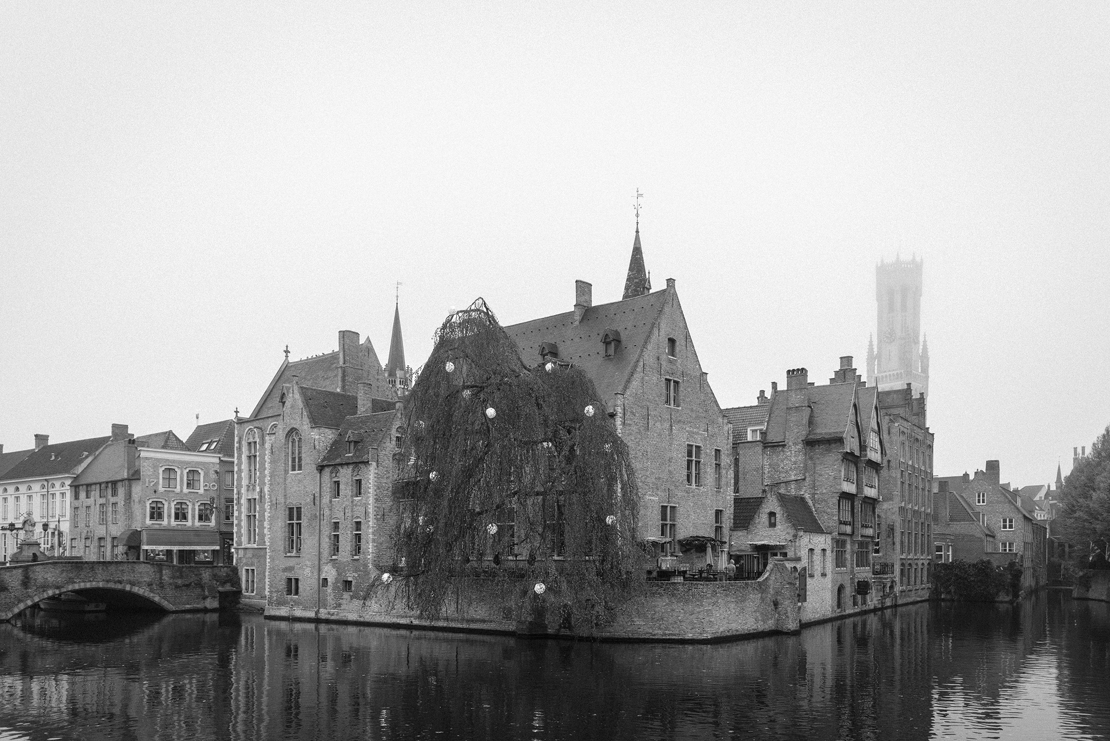 Bruges-Belgium-black and white photography-foggy day-Patricia Martins-Yellowish blog-2019