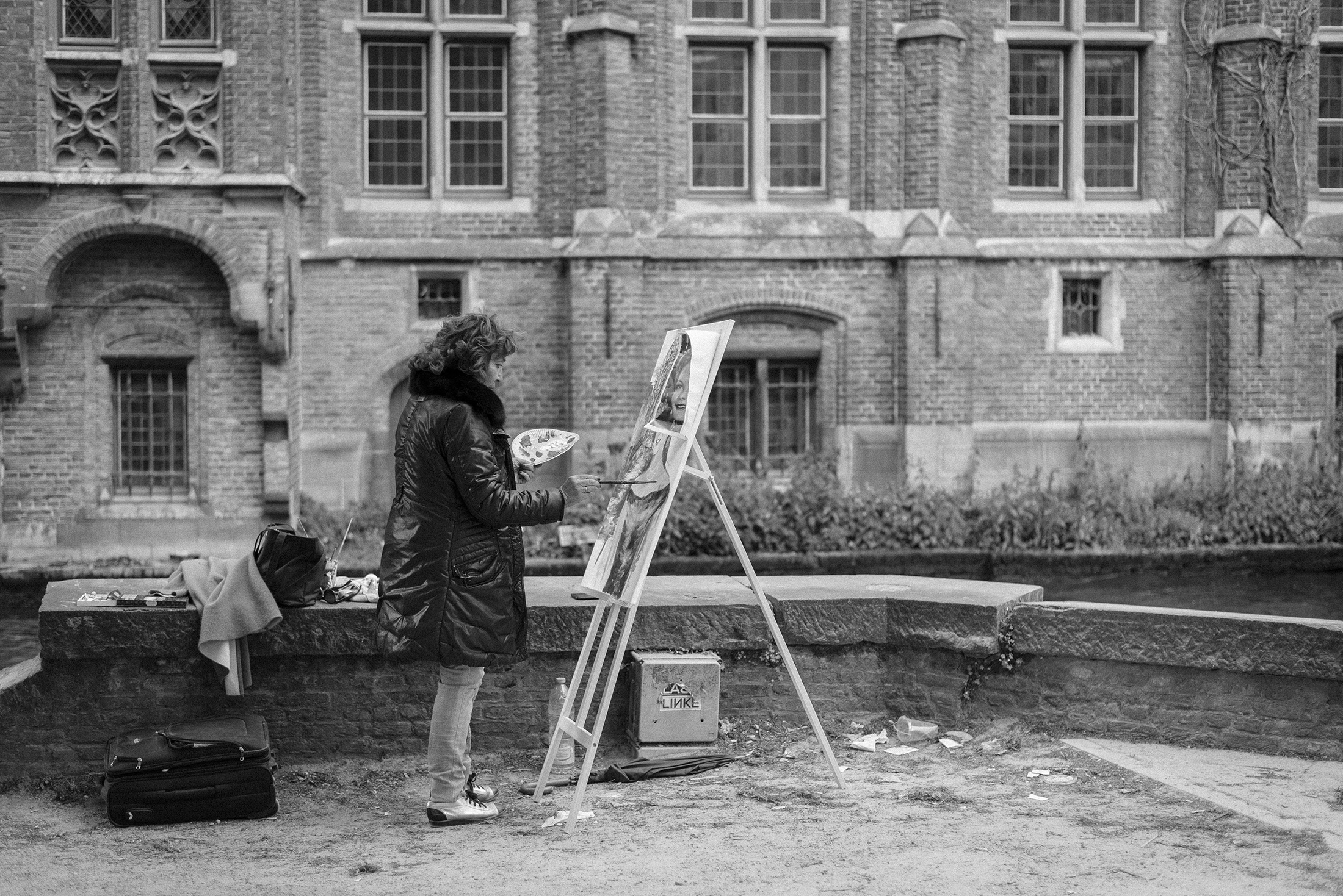 women painting on the street of Bruges Belgium - black and white photograph - Yellowish blog 2019 - Patricia Martins