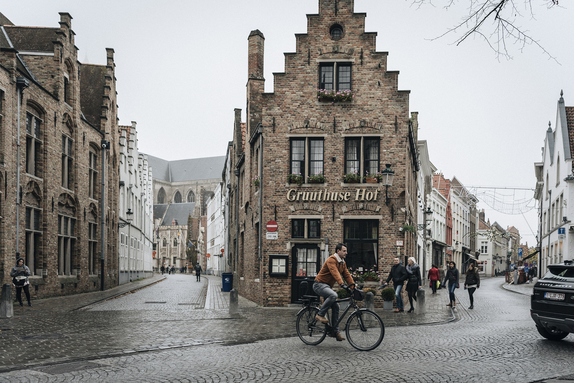Bruges street photography - Patricia Martins yellowish blog