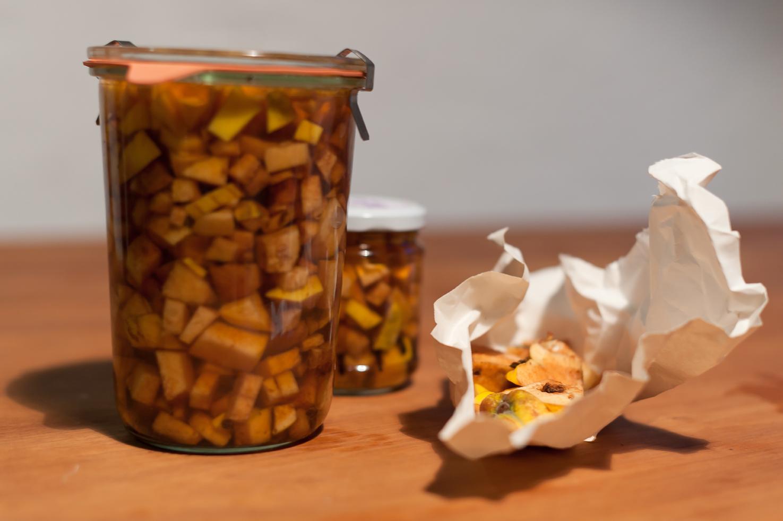 Du brauchst kein Rezept. Röste Nägeli, schneide Quitten, übergiesse mit Apfelessig. Warte zwei Wochen. Abfüllen. Für dein Winterapéro.