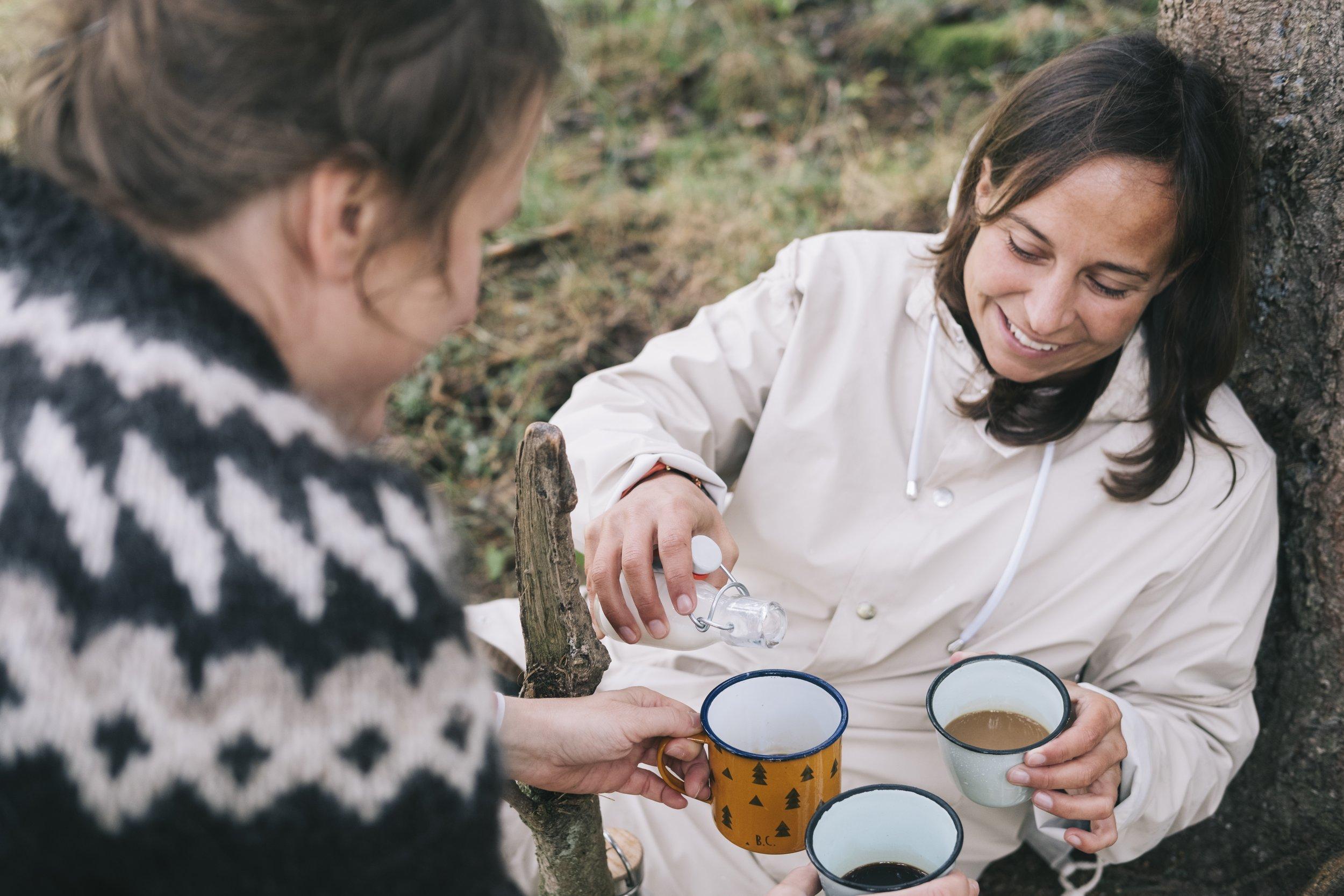Too much rain und kein Wasser für Kaffee dabei. Rooibostee in der Mocca: Das geht! Tastespotting unter der Juratanne.