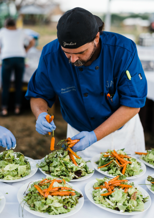 Chef Rhys Edmunds sets the tone for a memorable Heart of Summer Farm Dinner. Photos by Elise Taylor Photography.