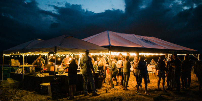A satisfying glow settles at the tail end of the event. Photos by Elise Taylor Photography.