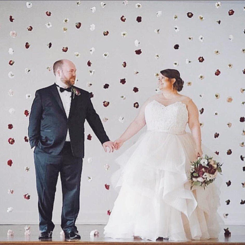 """今年5月,我们发布了一张Kevin和Maiken的订婚照,上面写着""""爱情无法隔离""""。事实证明,这是真的——Kevin和Maiken刚刚结婚!他们原来的结婚日期定在3月底,但由于科维德的原因,他们推迟到11月。恭喜你们两个!我们很高兴看到你们都打扮得漂漂亮亮的✨再加上我们的资深媒人@thehollymccusker。"""