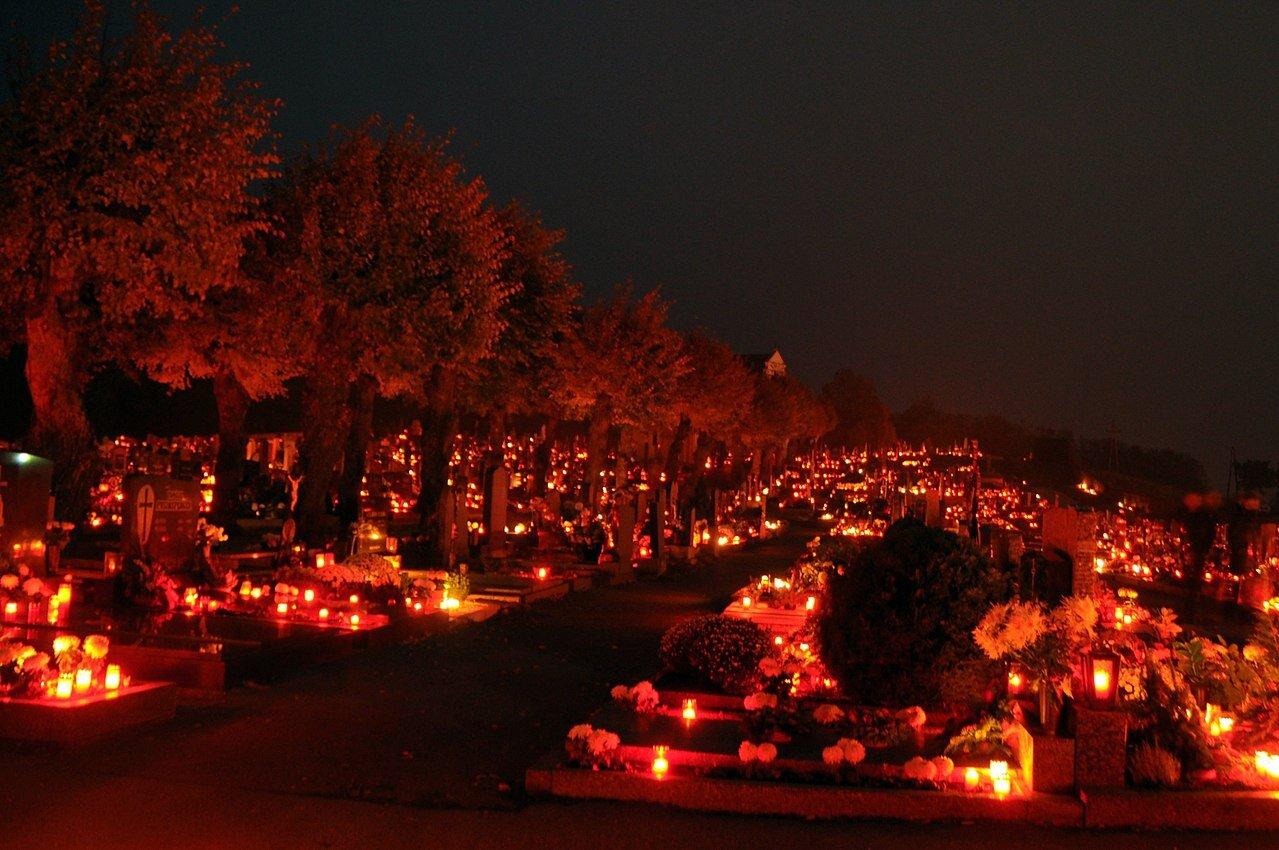 1280px-Friedhof_Rechnitz,_Österreich_-_Allerheiligen.jpg