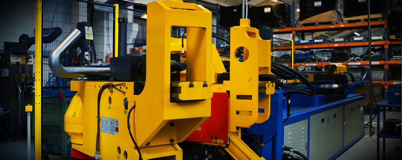 Cutting edge equipment for manipulating tubes