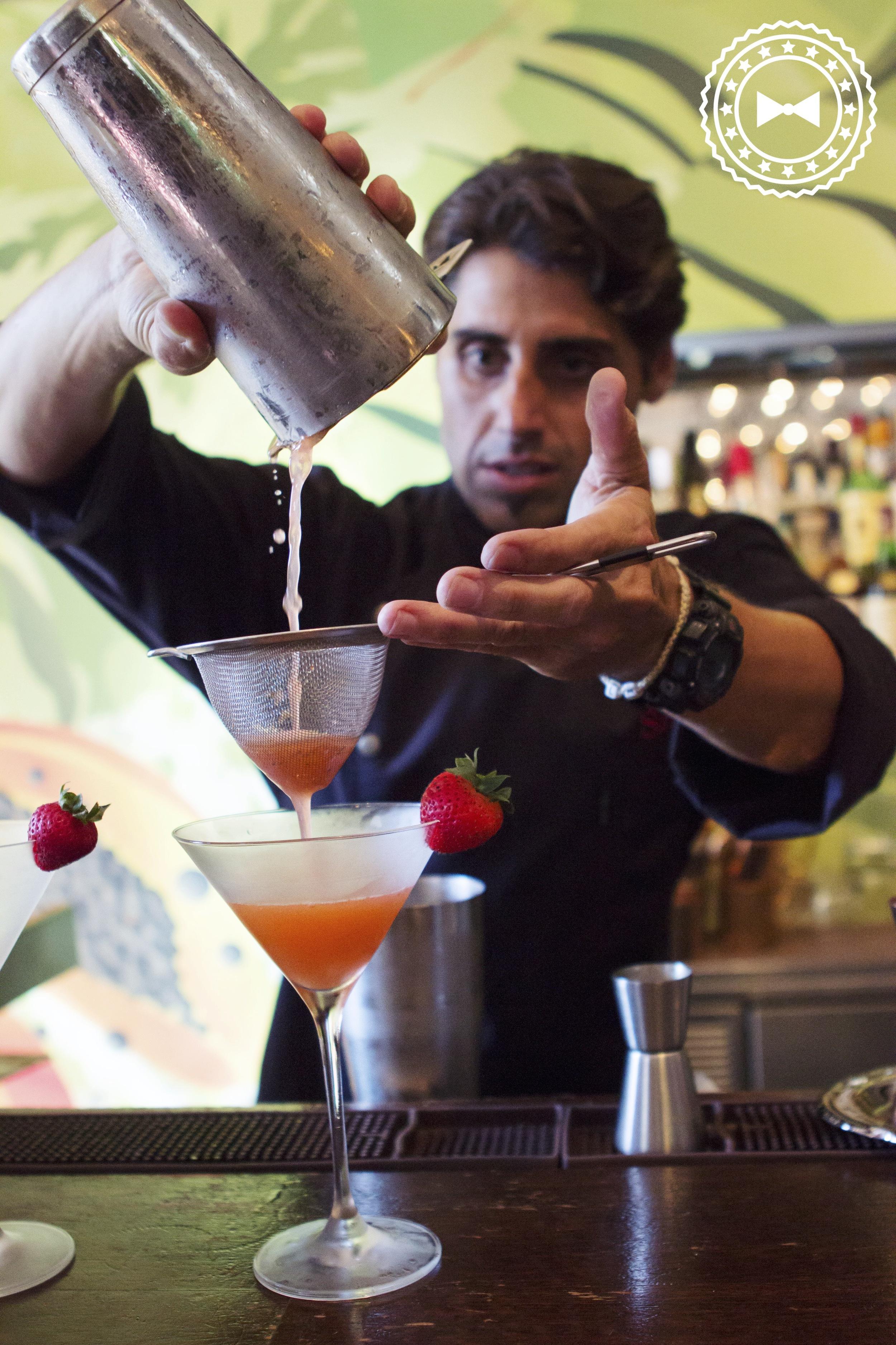 Michael Norat, campeón de World Class Bartenders Puerto Rico 2015 practicando.