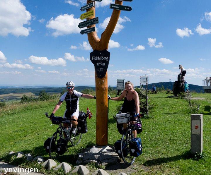 Anders Levoll og Birgit Ryningen har nådd toppen av Fichtelberg (1215 moh), øst-Tysklands høyeste «fjell». Foto: Privat.