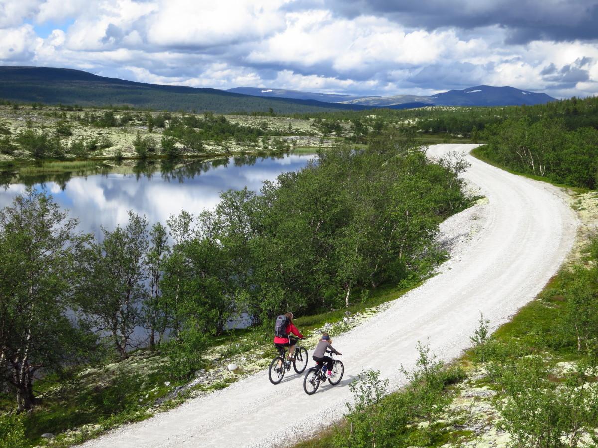 Sykling blant vakre fjell, her fra turen Atndalen-Dørålseter. (Foto: Øyvind Wold)