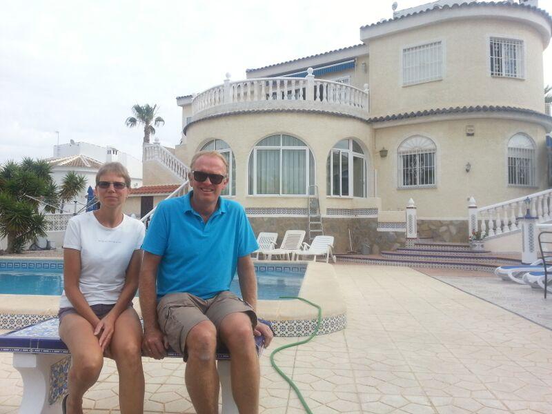 Anne og Kjell Storerud foran villaen sin i Torrevieja. Her leier de ut sykler og rom.