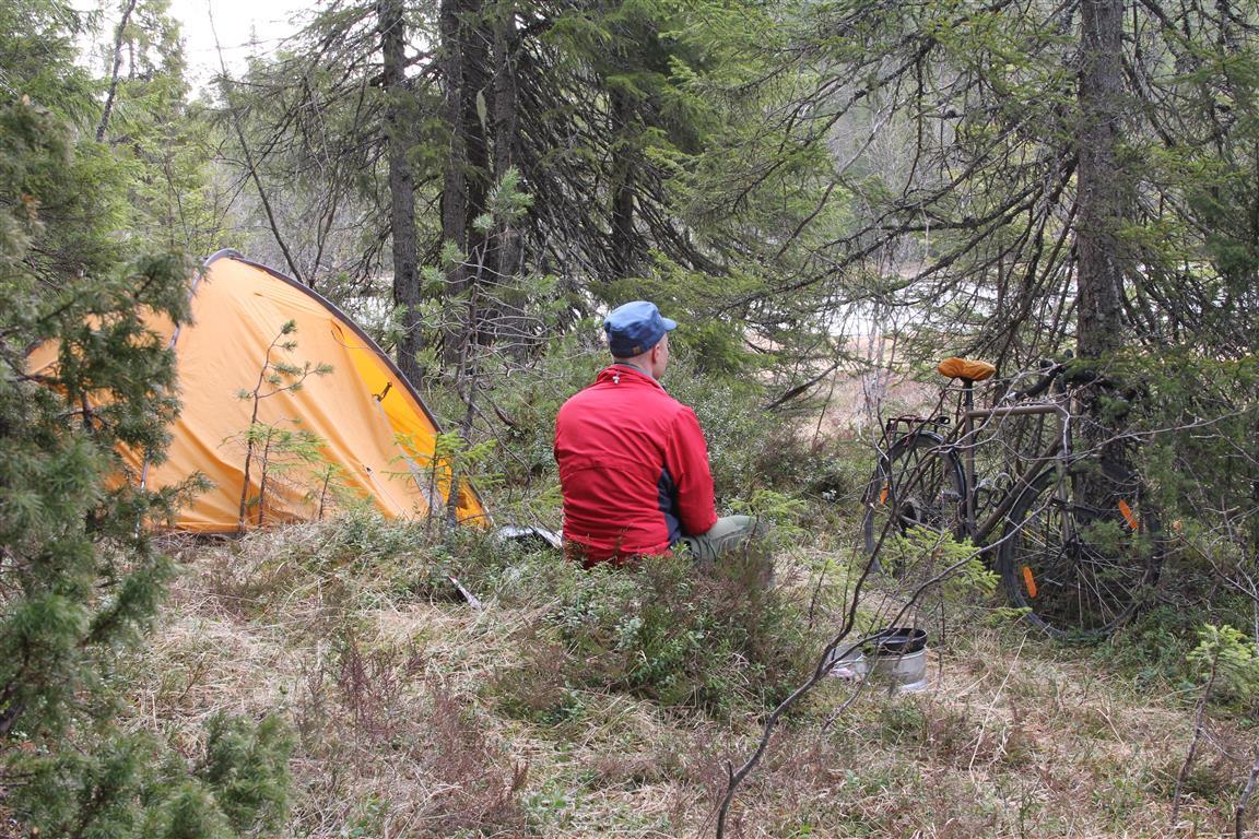 En rolig morgenstund ved teltet.