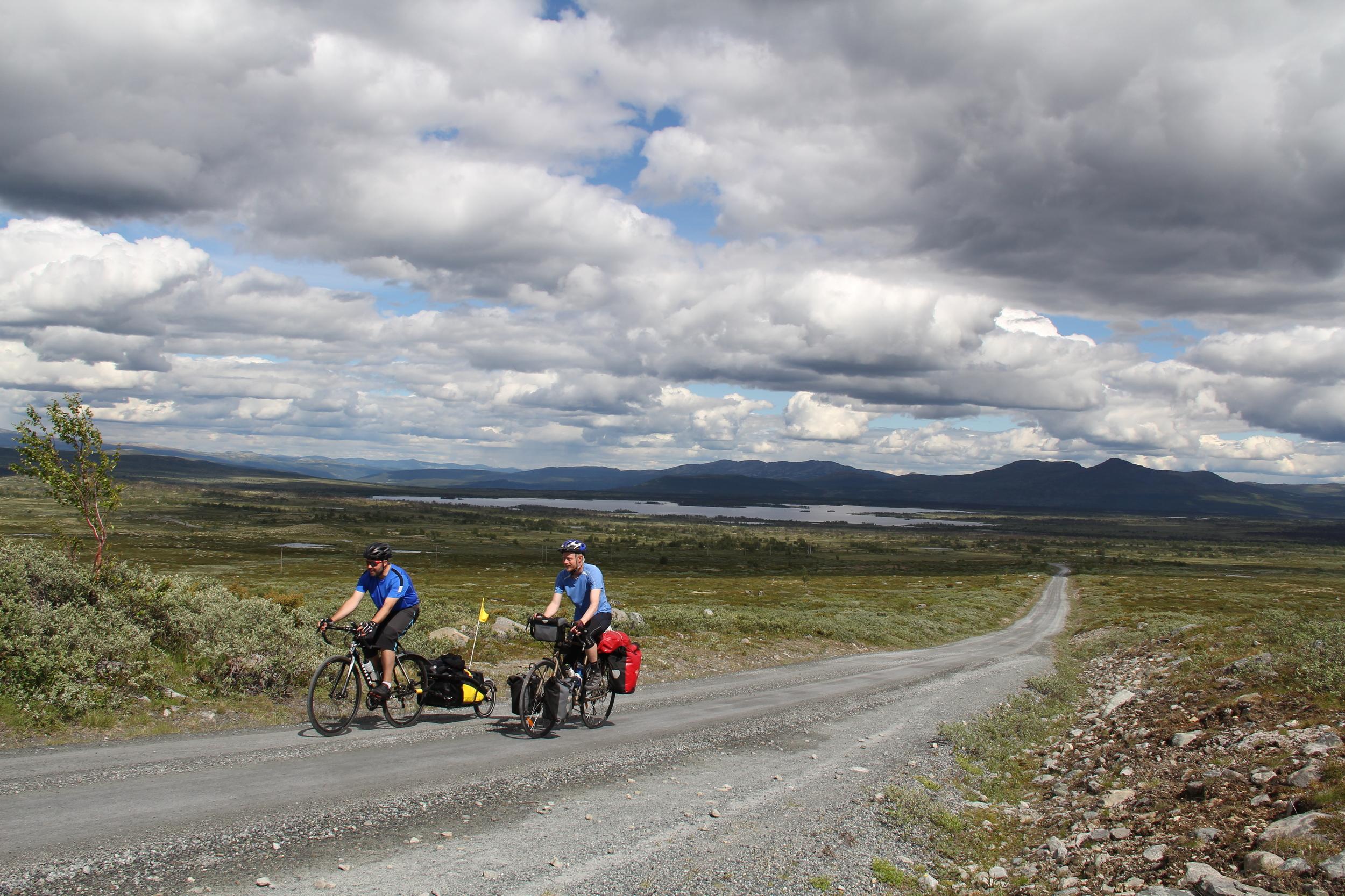 Kameraten min Lars og jeg på vei opp Jotunheimveien. Et herlig område å sykle i.