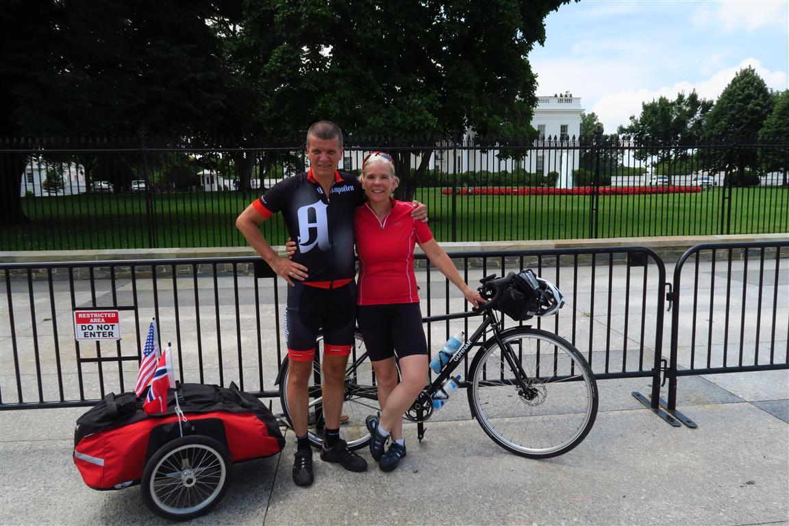 Boka har en god håndfull bilder. Her er Gunnar Kagge og kona Julia, som var med de tre første ukene, klare for å starte turen ved Det hvite hus. Flere bilder fra turen finner du på  Kagges Facebook-side .