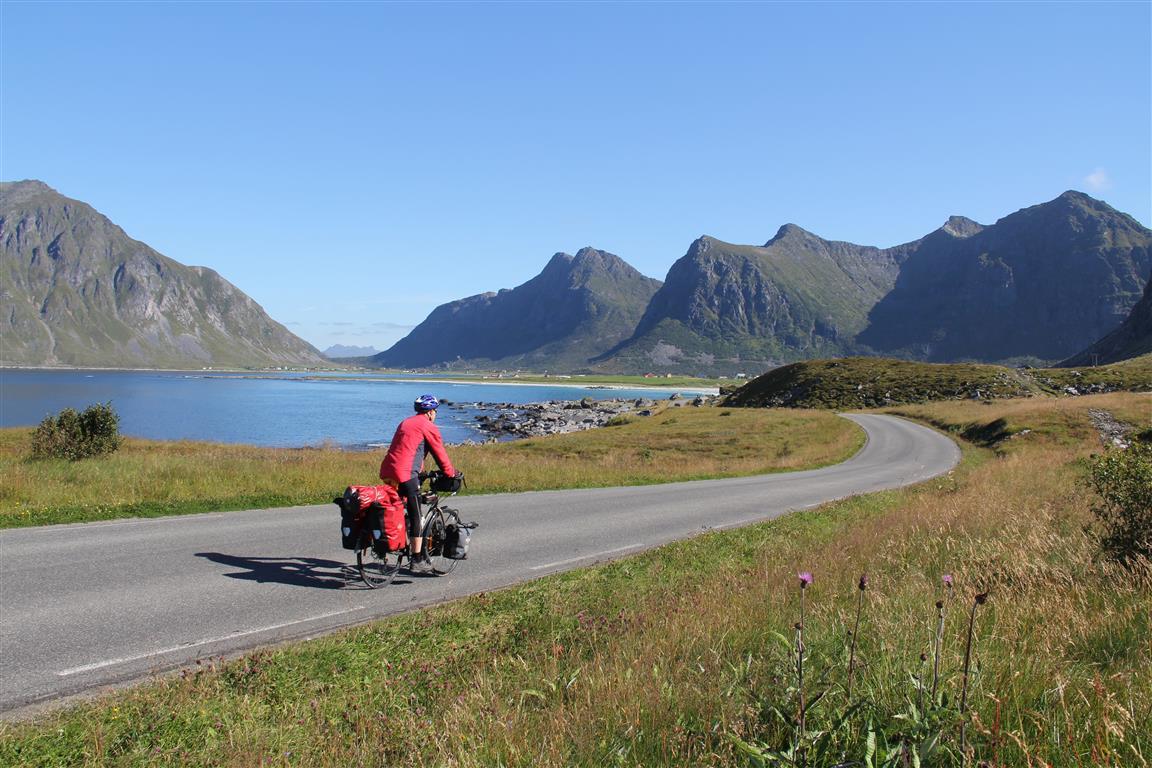 Sykling i Lofoten fortoner seg stort sett som dette. Vær oppmerksom på at det er en del biltrafikk i høysesongen.