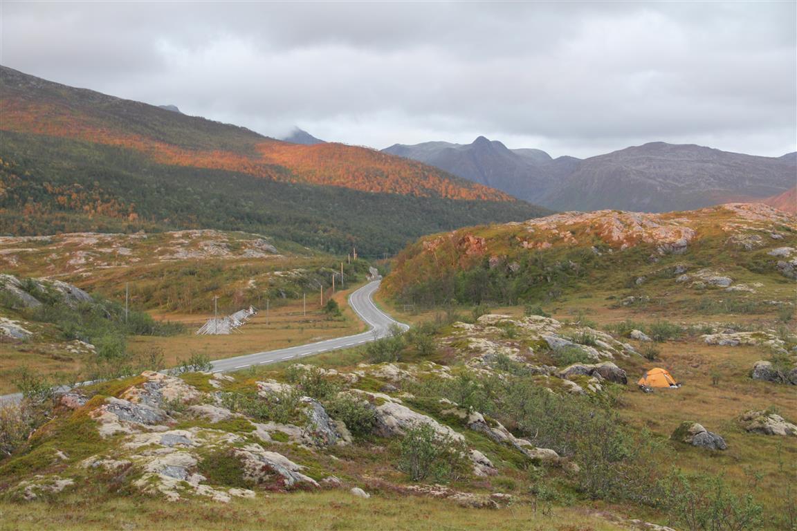 Standardløsninga:  Nært vegen og godt skjerma. Treklynger, buskas og koller er eksempler på godt skjul. Senja, Troms.