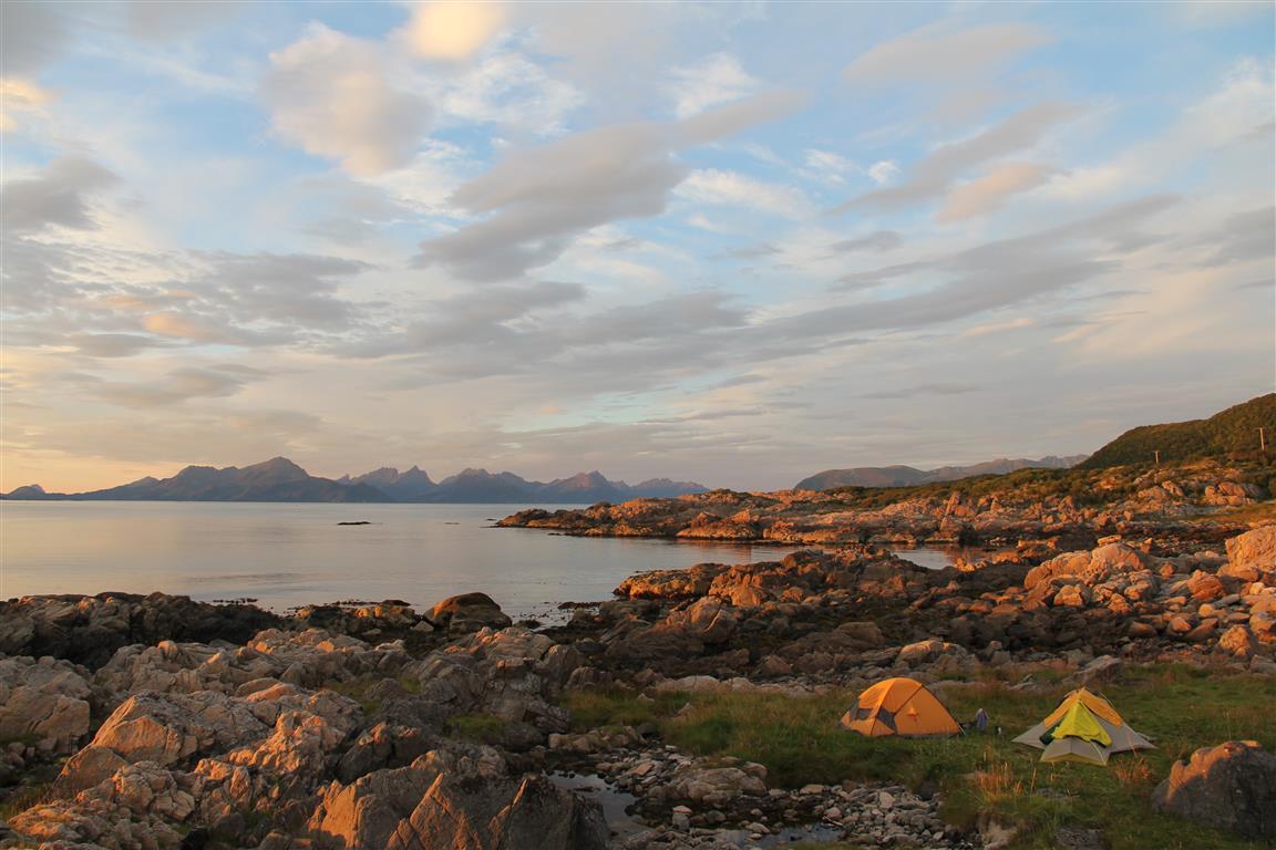 Ved fjorden 2:  Når du utover ettermiddagen ser at kvelden kommer til å by på en fin flott solnedgang, finn en vestvendt plass ved fjorden. Hadseløya, Vesterålen, Nordland.