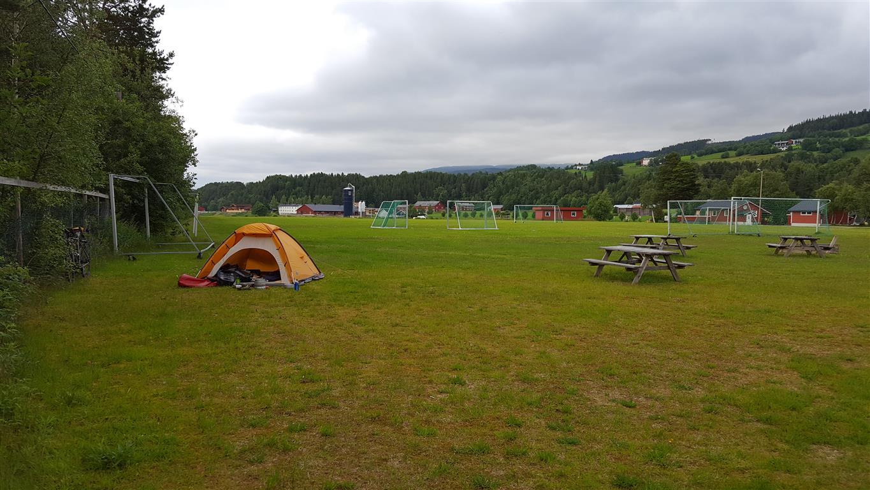 Når du spør en lokalkjent:  Veit du om en liten grønn flekk til teltet mitt, spurte jeg. Nei, men jeg veit om en stor, svarte ei hyggelig dame på Coop. Fotballbanen i Å i Meldal, Trøndelag.