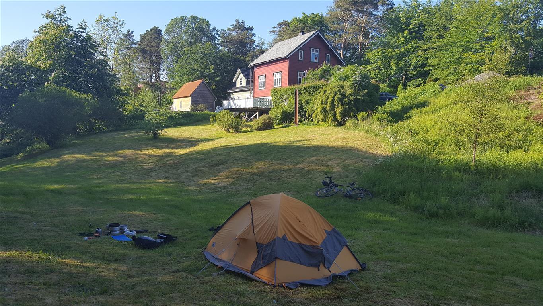 Telt i hagen:  Finner du ingen aktuelle plasser, spør i et hus med stor hage. Årås, Hordaland.
