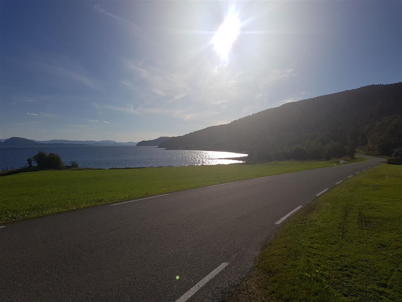 Idyllisk og fredelig langs nordsida av Stjørnfjorden.