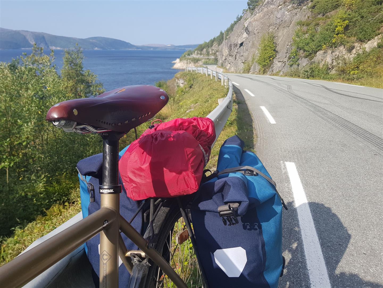 Nydelig langs den bratte fjellsida mellom Hasselvika og Rissa.