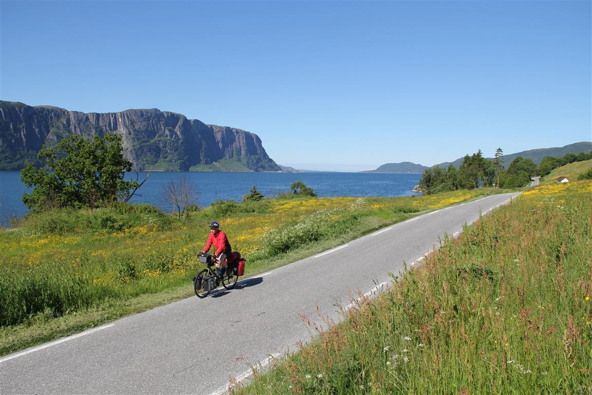 Omtrent slik som dette, så det ganske ofte ut underveis på turen Norge rundt. Hyllestadfjorden i Sogn og Fjordane.