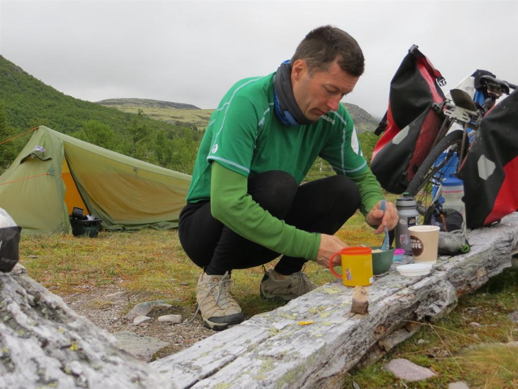 På sykkeltur overnatter Øyvind stort sett i telt, og han passer på å alltid ha med seg nok mat.
