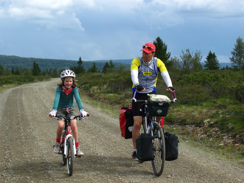 Øyvind tar gjerne med barn på sykkeltur. Her fra Trollsykkelruta, Gudbrandsdalen.