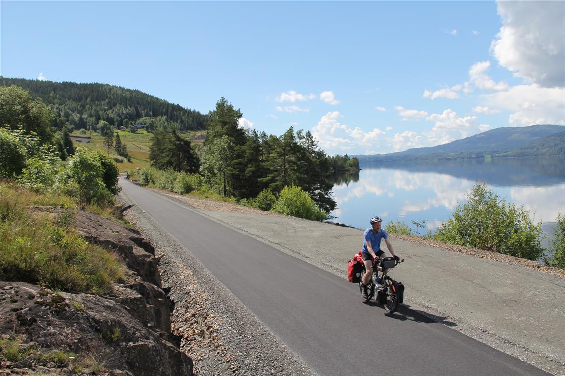 Lange sykkelturer er for alle. Dra av gårde, og se hva som skjer! Langs østsida av Mjøsa.