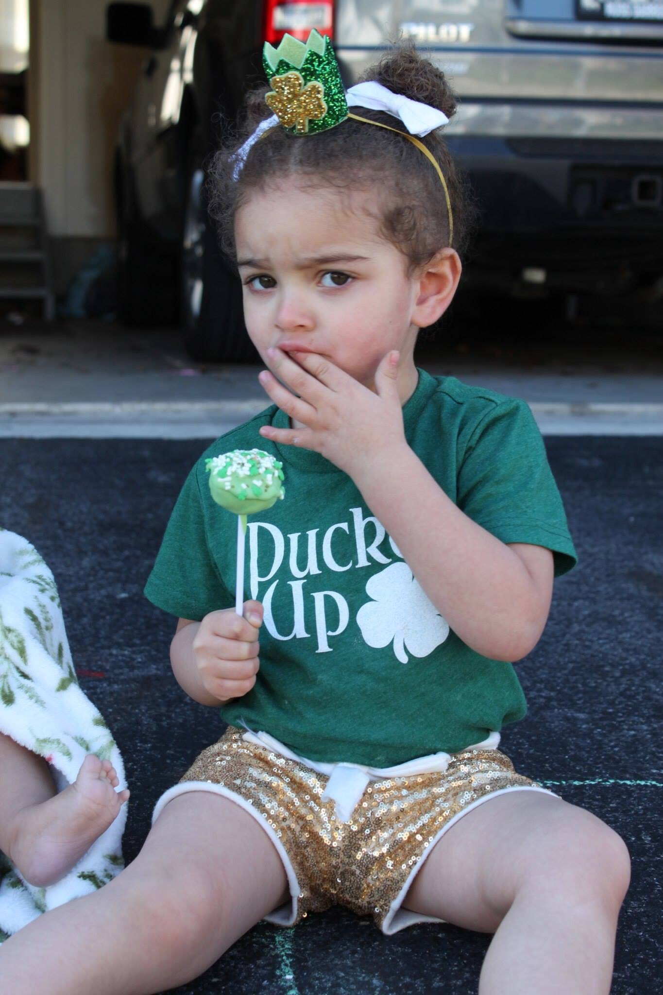 Cake pop love. Also, these St. Patrick day tees from Riverbabethreads are the cutest. Crown courtesy of littleblueolive (etsy)