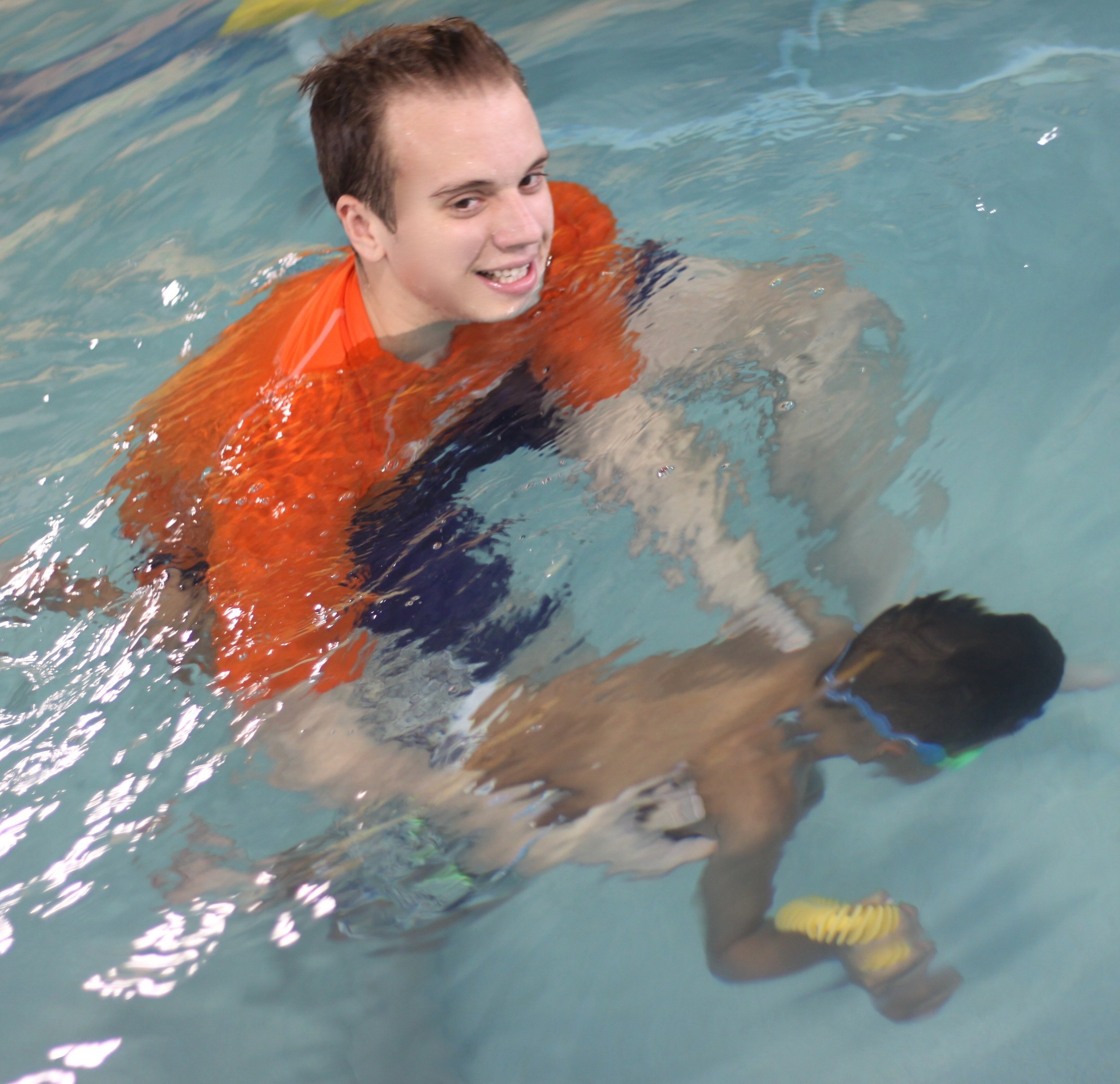 Big brother dives underwater for a ring in Junior 3