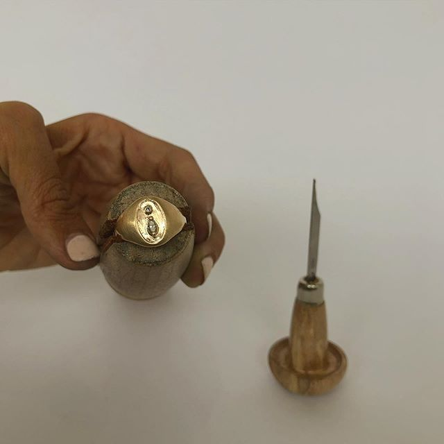 I've used every tool in my studio over the last two days to rebuild this signet, make stone settings, and set these round and marquise diamonds. Nothing beats the massive jobs simple hand tools can accomplish.  I'm using the graver (on the right) to engrave a light border and clean up the stone settings. I refined this graver to fit my hand two years ago, and it still fits like a glove 🖤