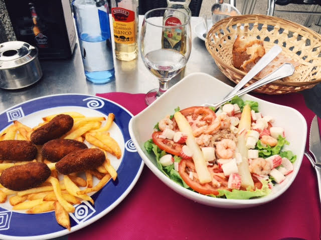 6.25 / 3:14 post meridiem // On Saturday, I was craving salad. I treated myself to a massive Spanish lunch because that's the norm here. I ate this right on the beach. The fried things to the left are croquetas. ermagherd so good.