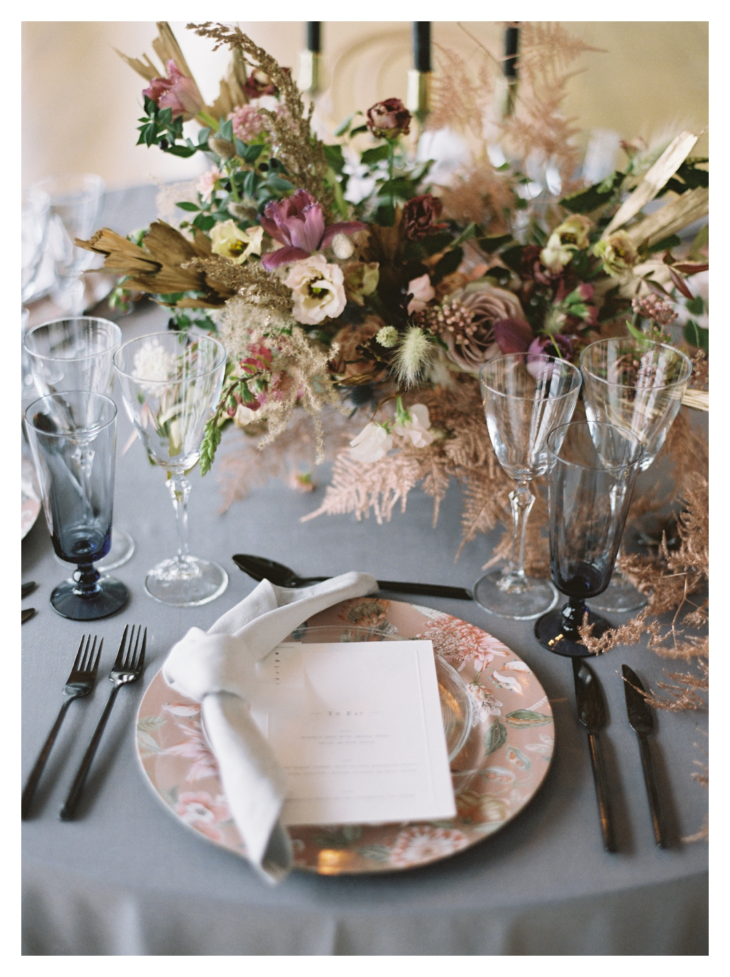 wedding table details, wedding table, wedding table setting, pink charger plate, wedding flowers centerpiece