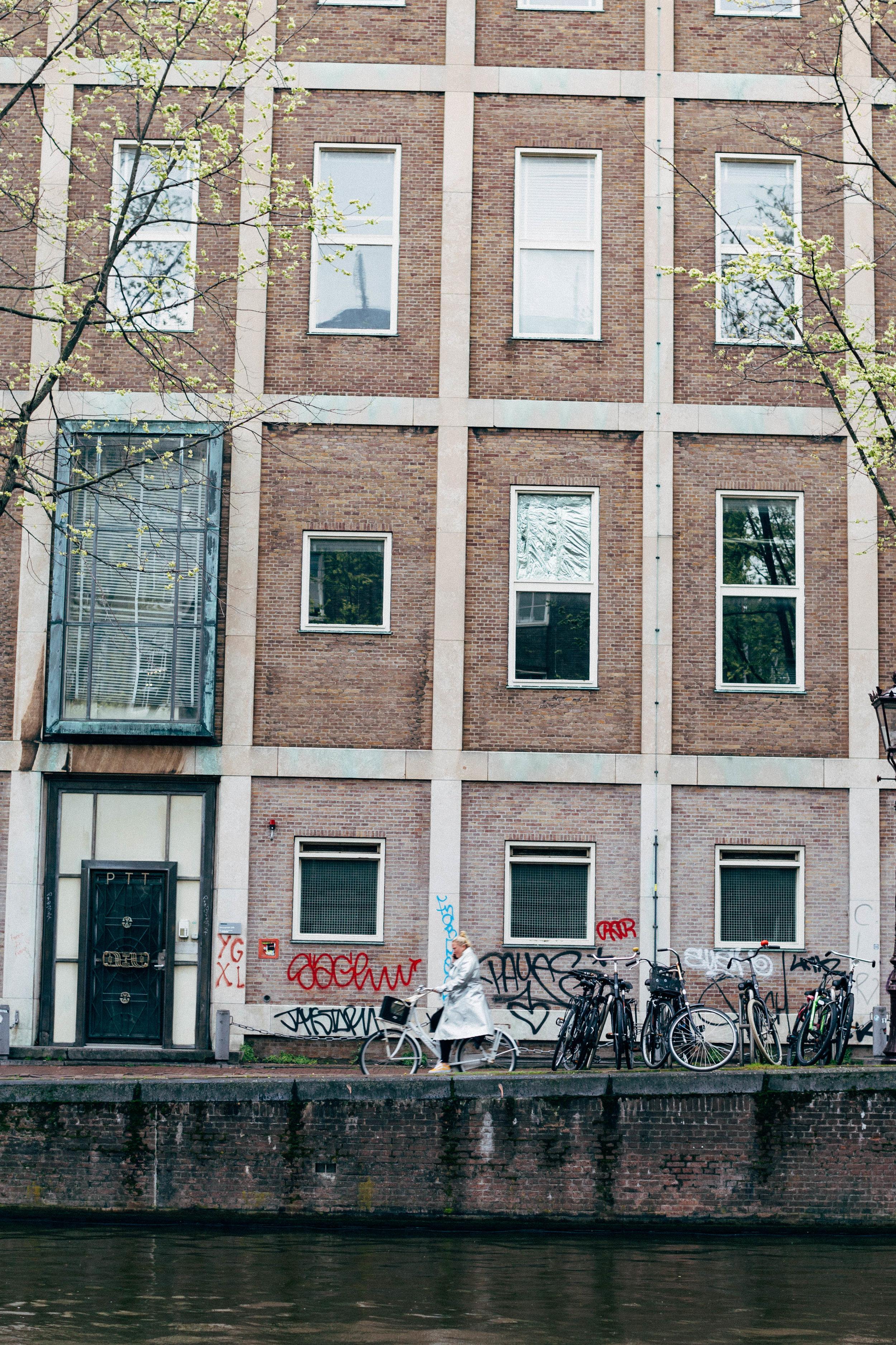 silver-jacket-rain-amsterdam