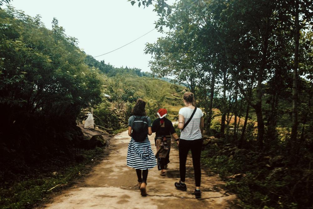 beplay3体育官方下载背包客从萨帕徒步到塔芬村。越南。