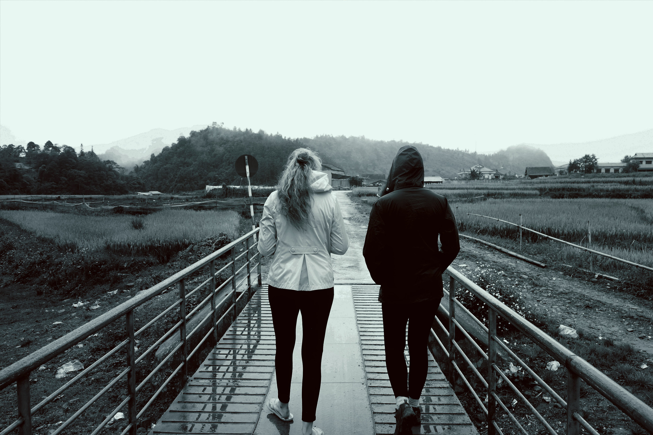 梅丽莎和凯伦在越南萨帕的桥上。