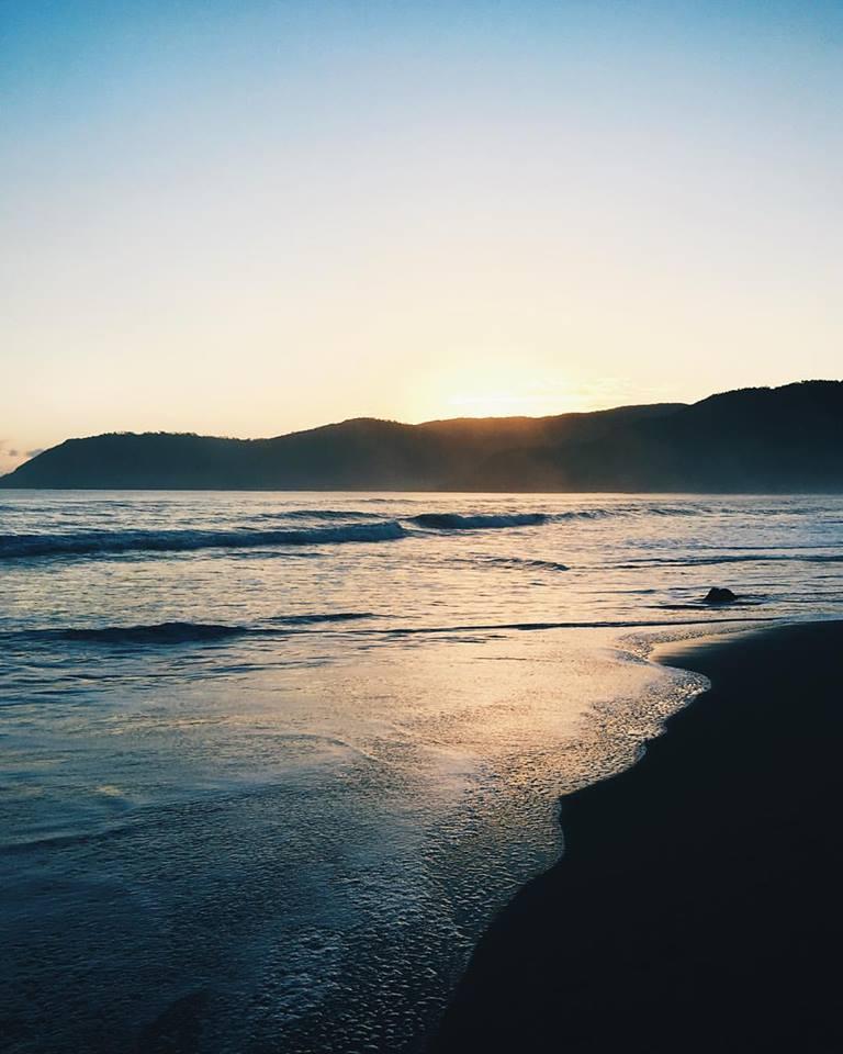 在打包机,菲律宾海浪的甜诞生地的金黄日出。