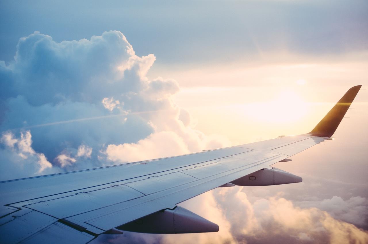 飞机机翼上,美丽的落日之上的云彩