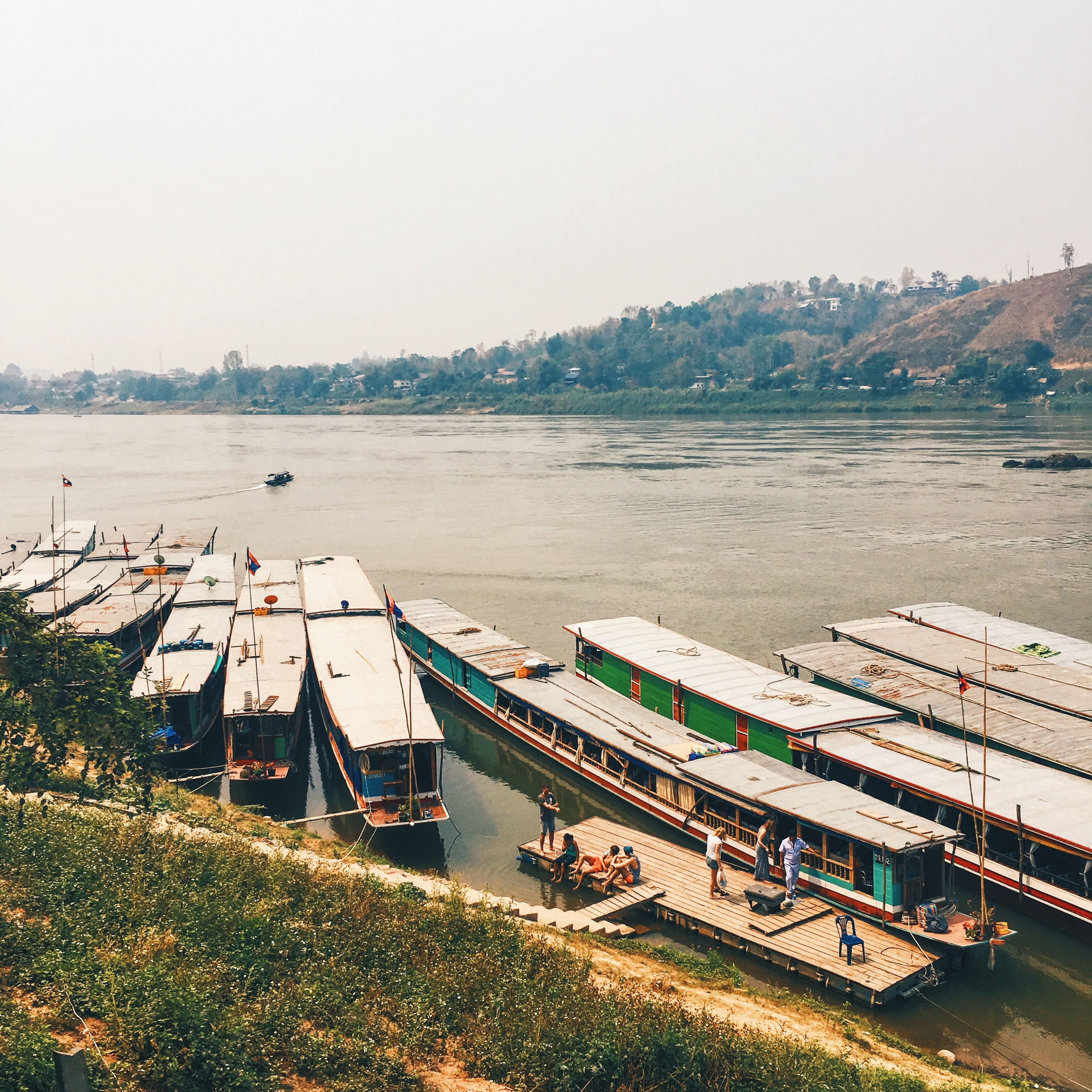 在湄公河的木慢小船在老挝