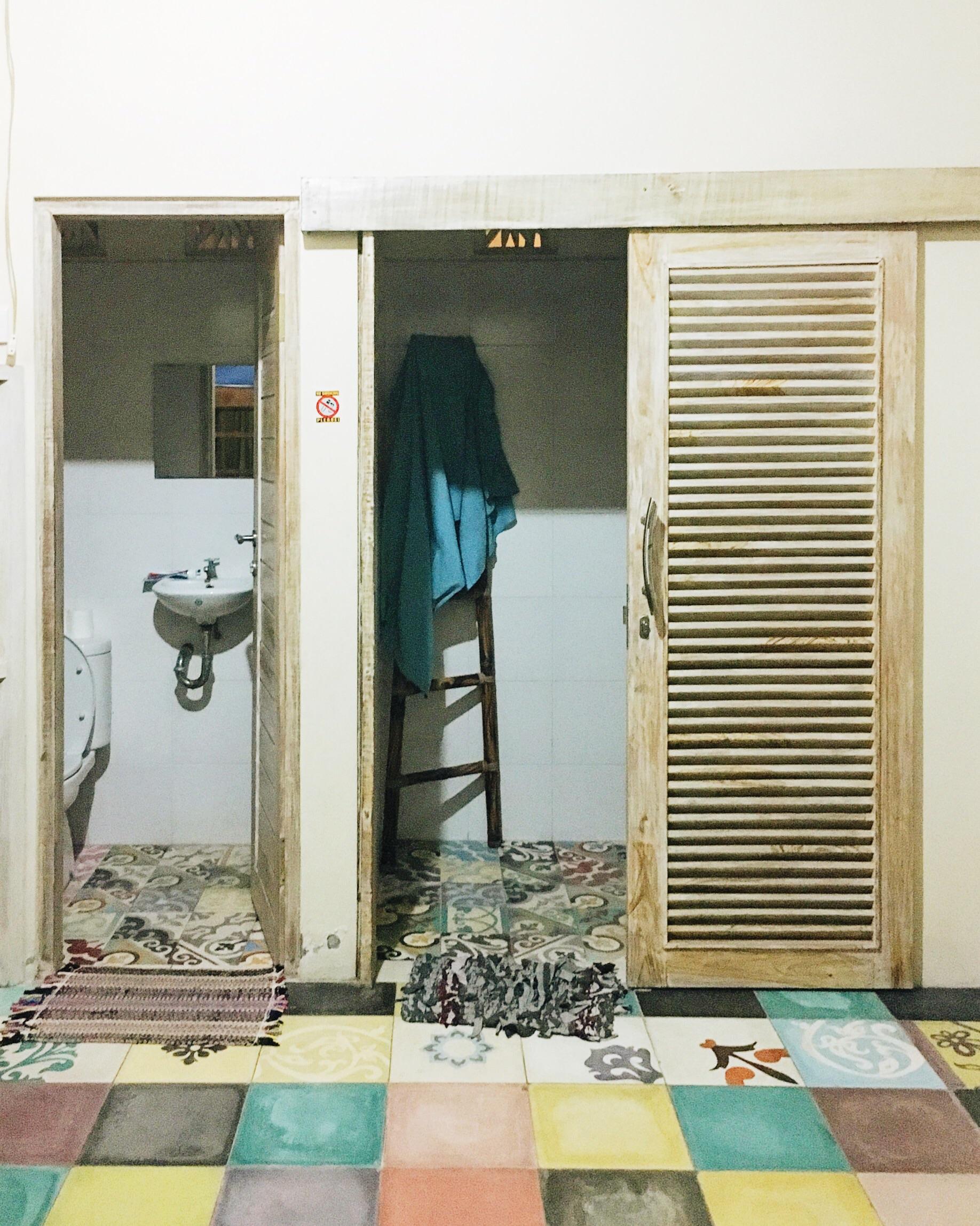 海滩小屋别致的厕所和浴室在宿舍1室。抱歉我所有的照片都是在晚上拍的!