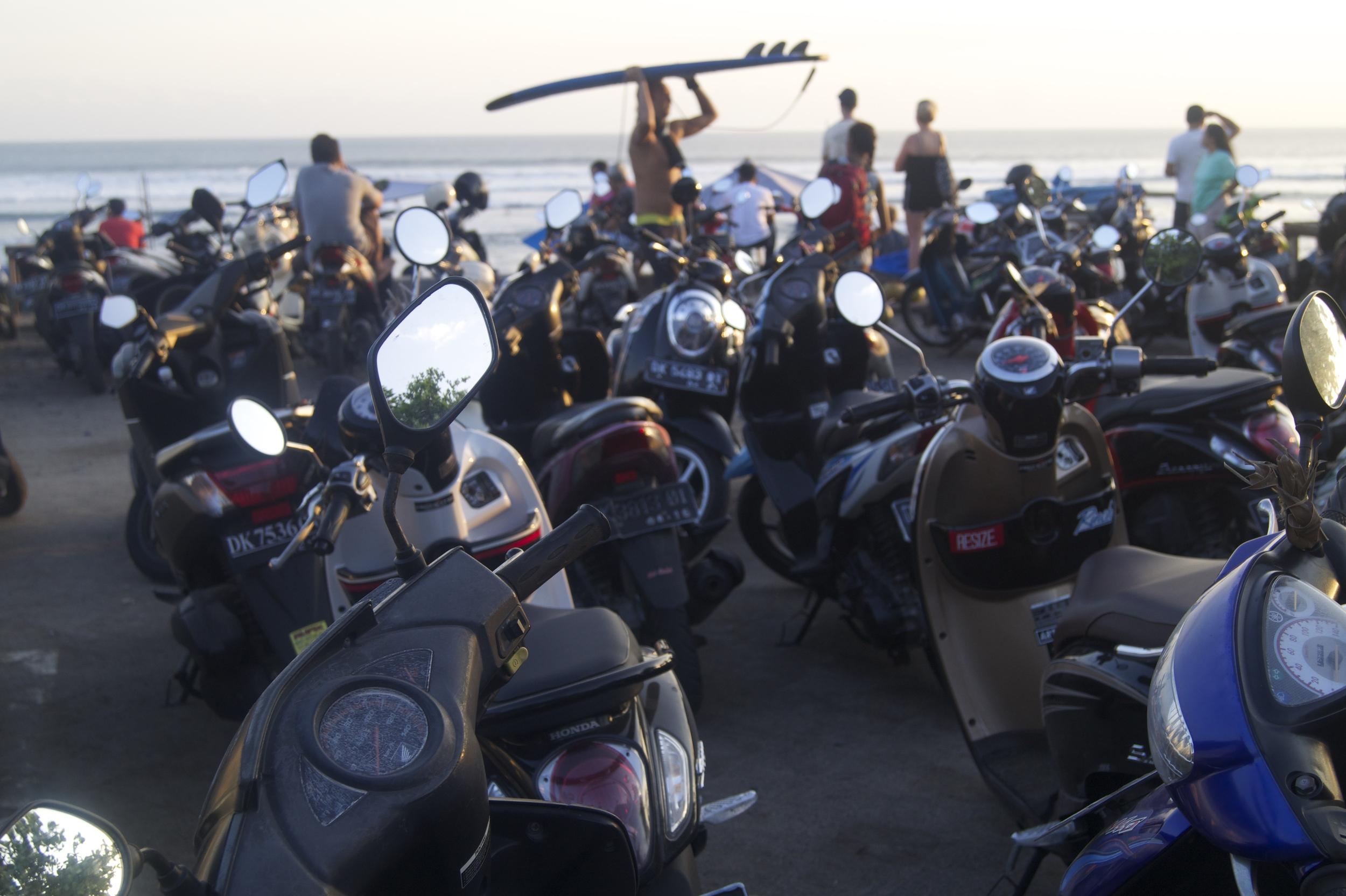 苍谷,巴厘岛-老人的海滩-摩托车交通和日落- illumelation.combeplay3体育官方下载