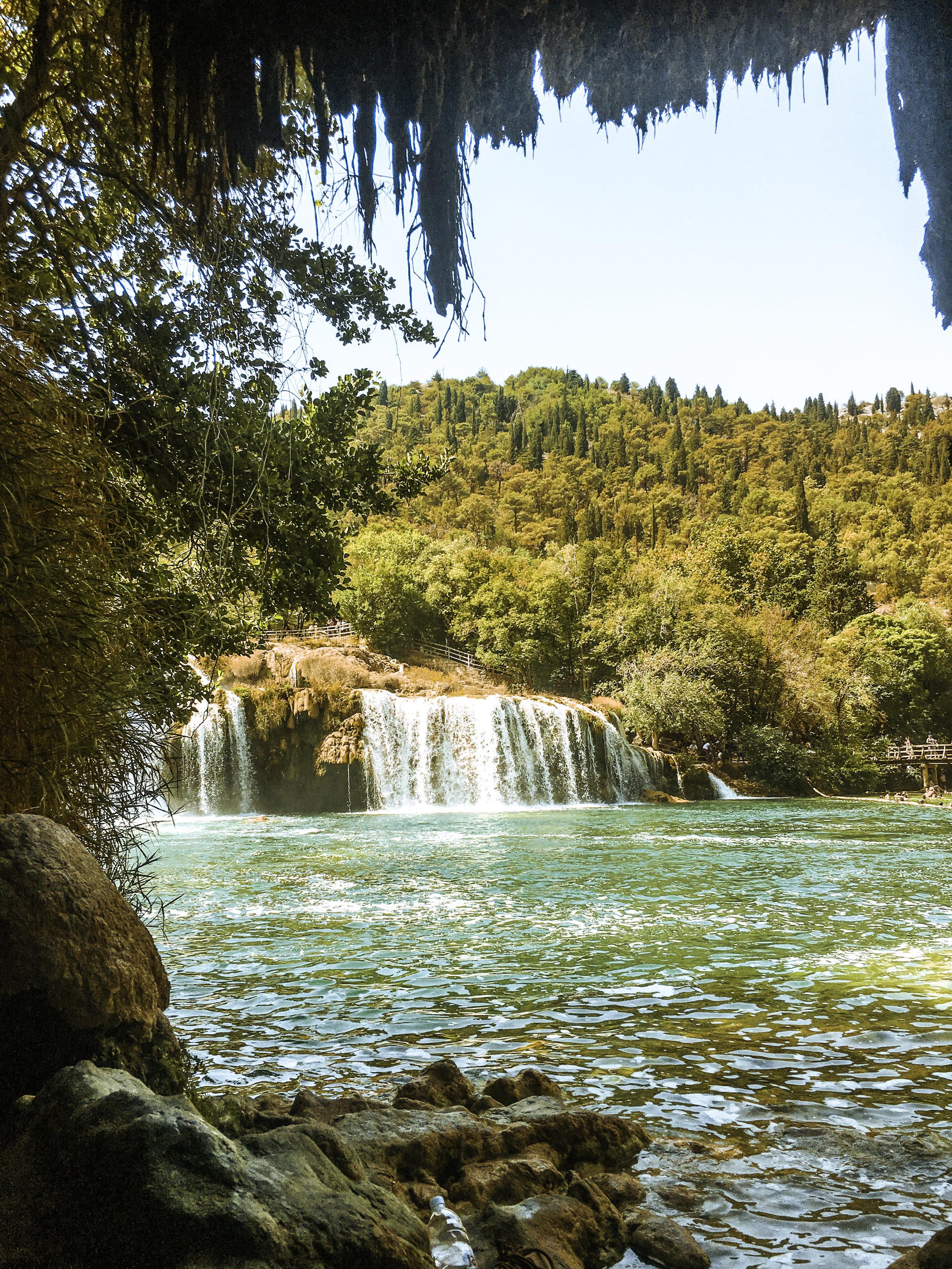 Krka国家公园瀑布洞穴-洛佐瓦茨,达尔马提亚,克罗地亚-照明。jpgbeplay3体育官方下载