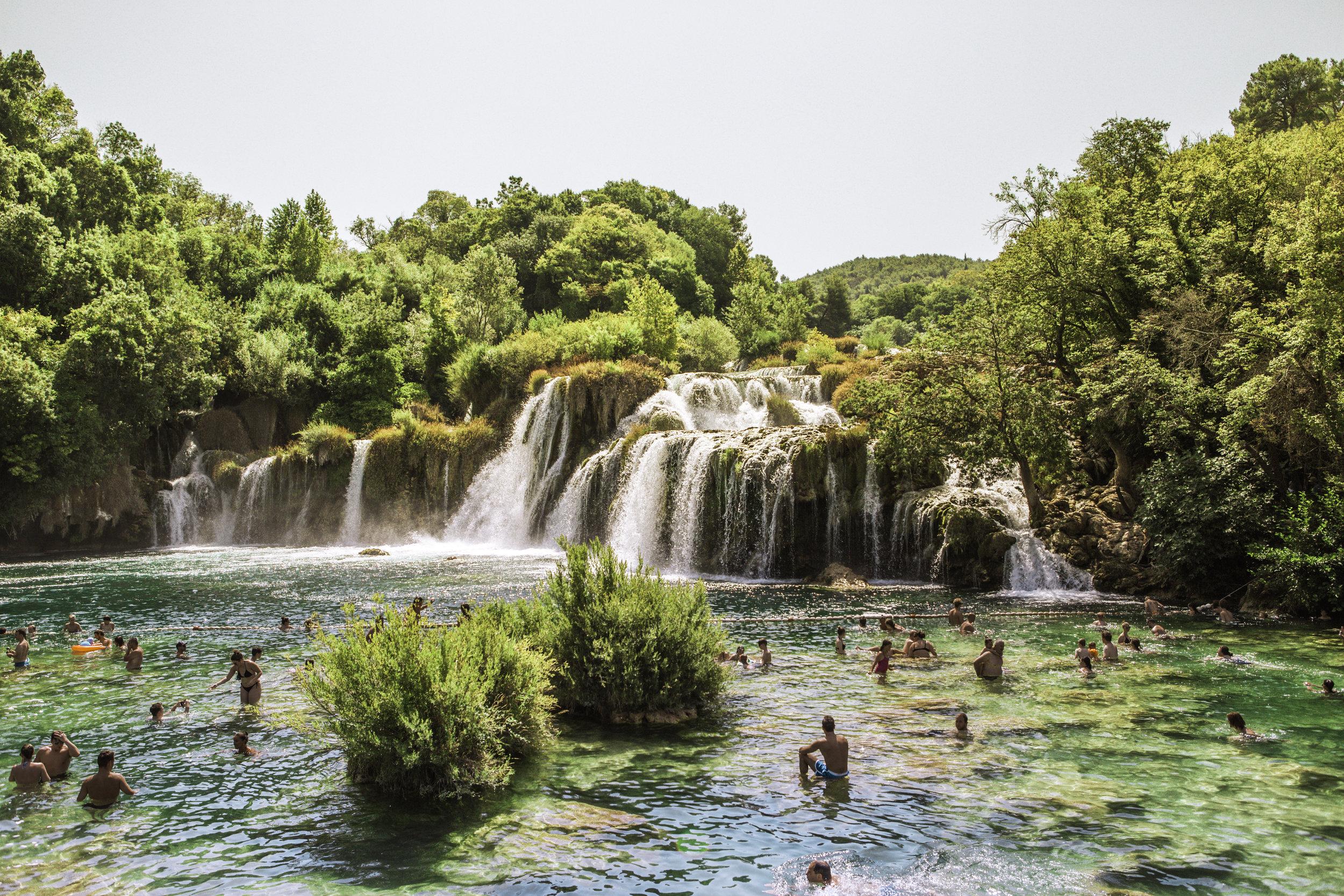 人类在Krka国家公园瀑布- Lozovac,达尔马提亚,克罗地亚- illumelation.jpgbeplay3体育官方下载