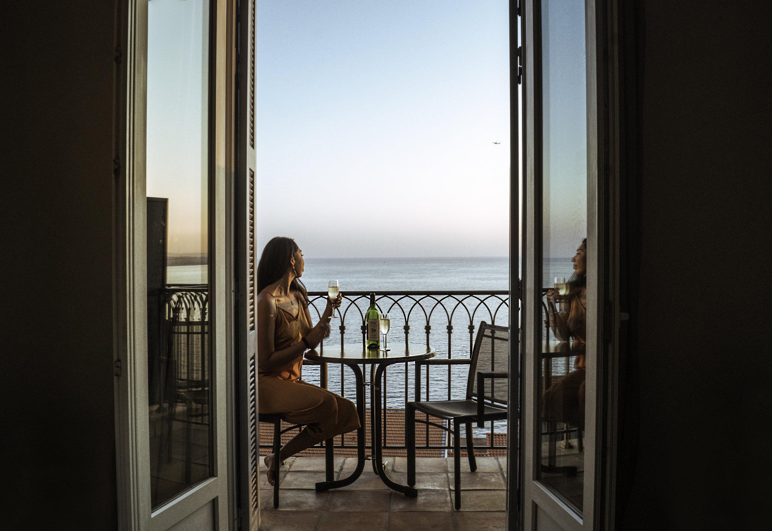 享受的最佳方式:手捧红酒看日落