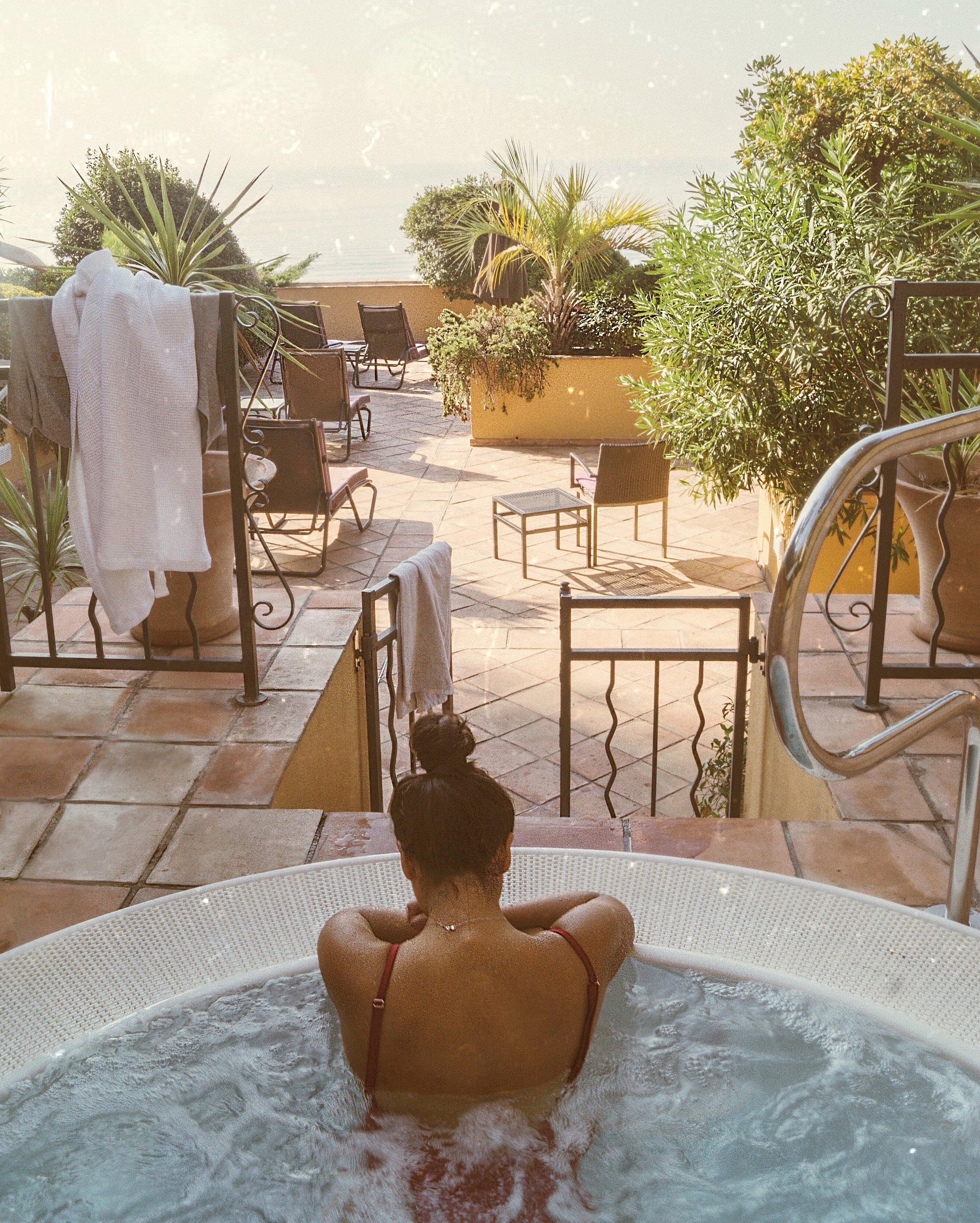在酒店La Perouse的晚会航班前在按摩浴缸里度过宁静的午休