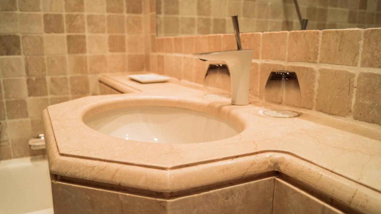 Hotel La Perouse的乡村意大利大理石铺丝浴室 - 尼斯