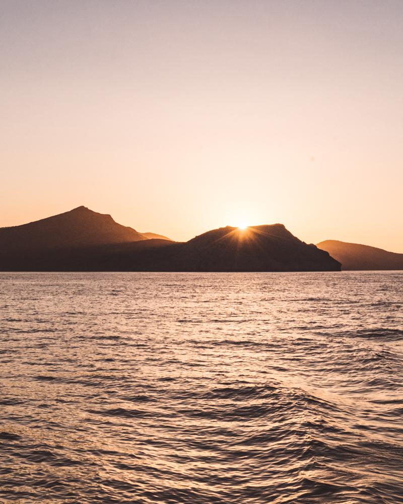 希腊米洛斯海上的日落