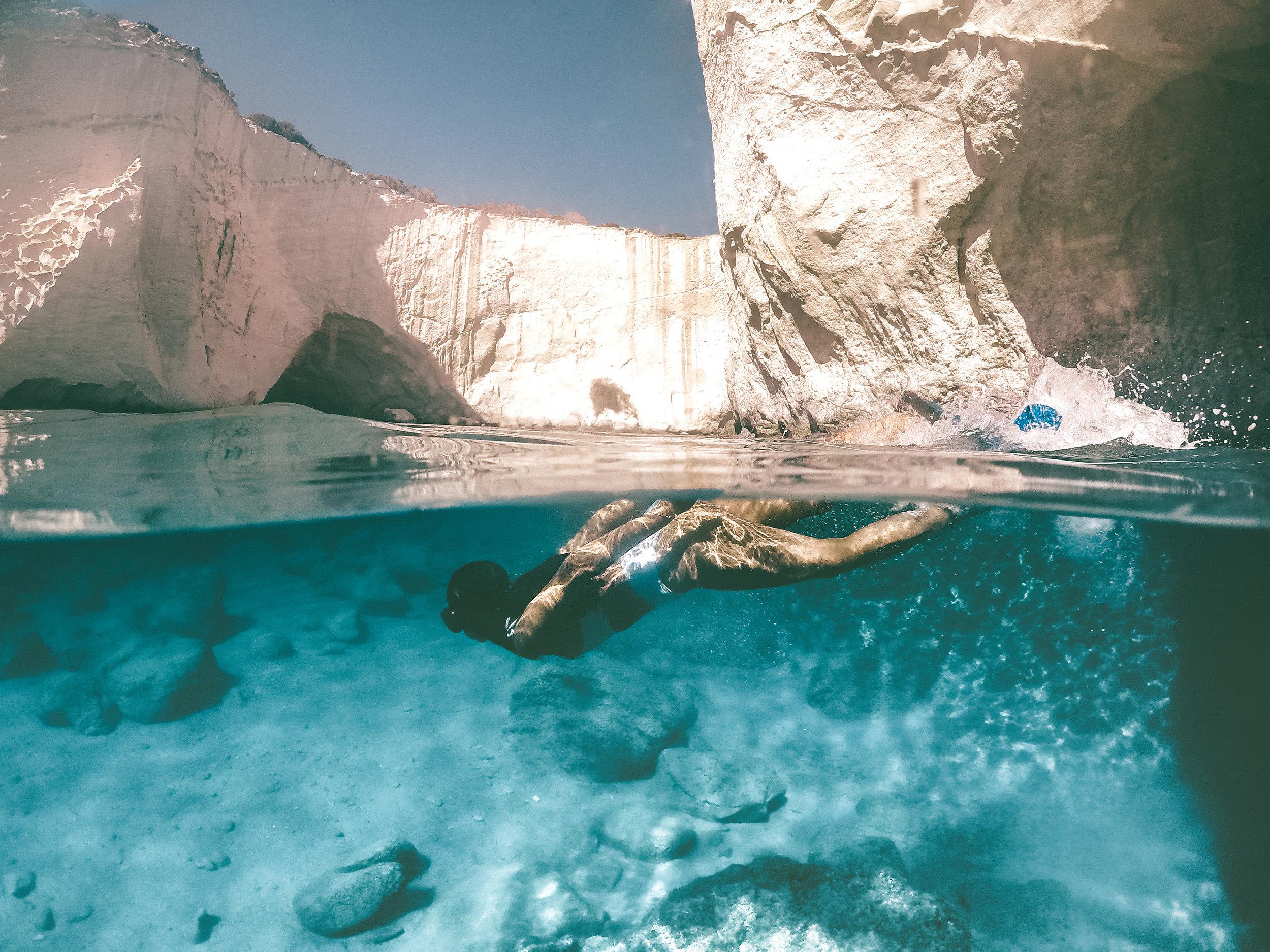 在希腊米洛斯的克莱夫提科海洞,梅尔穿着白色比基尼在水下浮潜——摄于GoPro——米洛斯旅游指南
