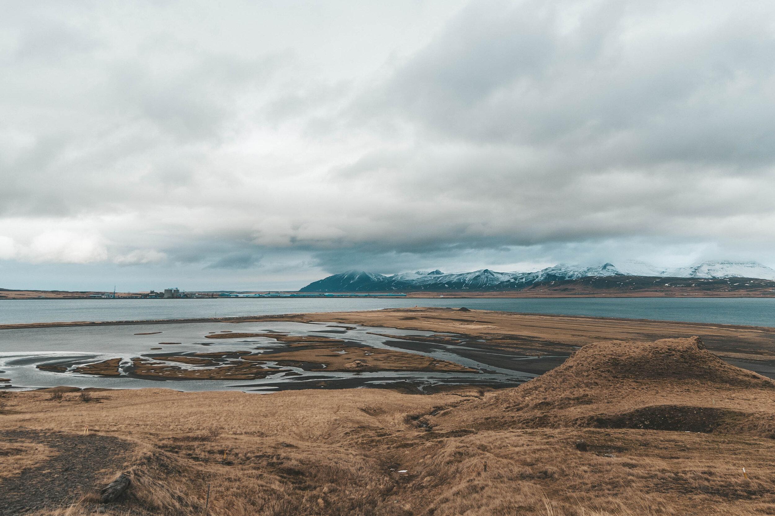 冰岛金色的田野,蓝色的峡湾和山脉