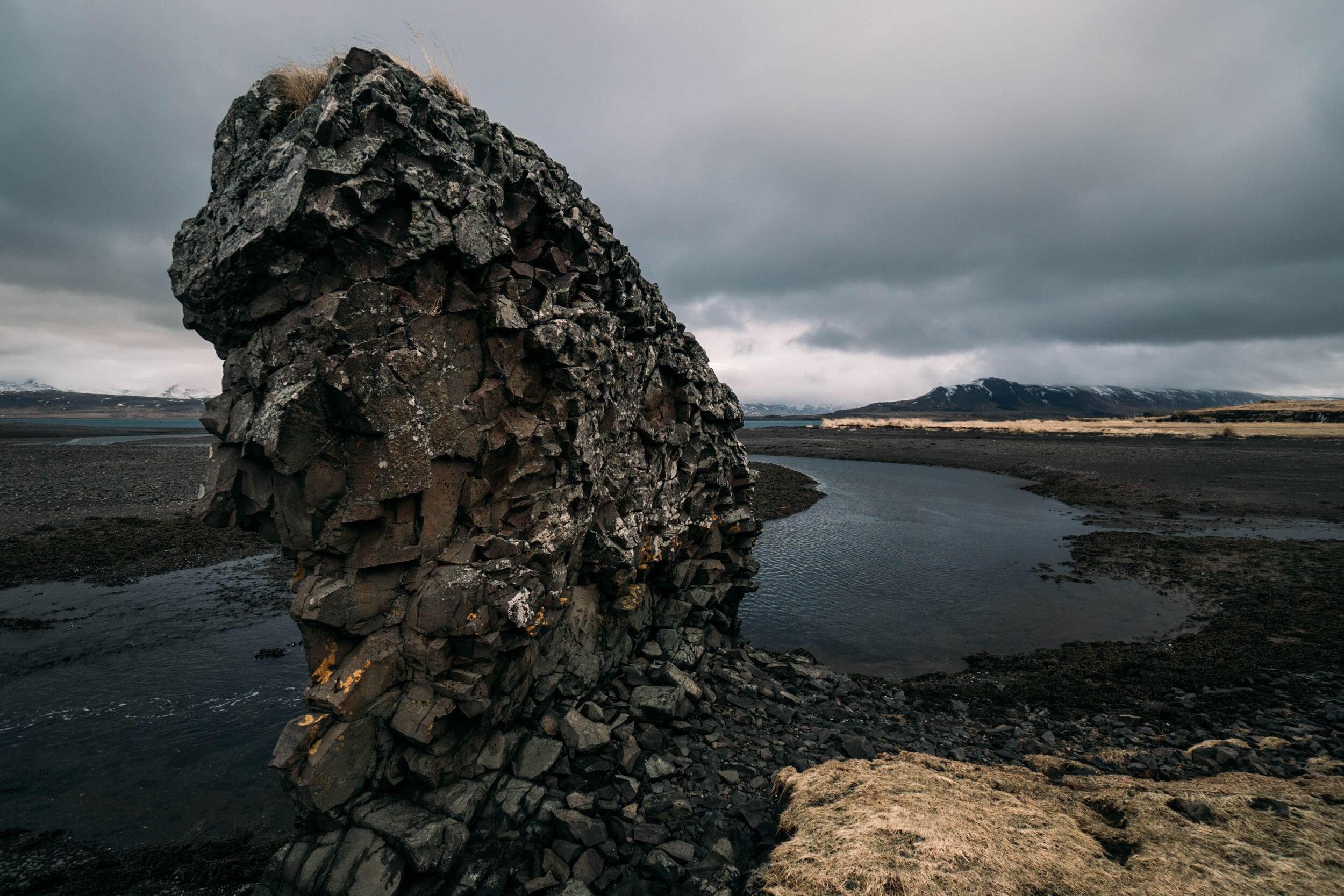 Moddy大气中深蓝色的景观,云朵滚滚而来,冰岛岩石和峡湾